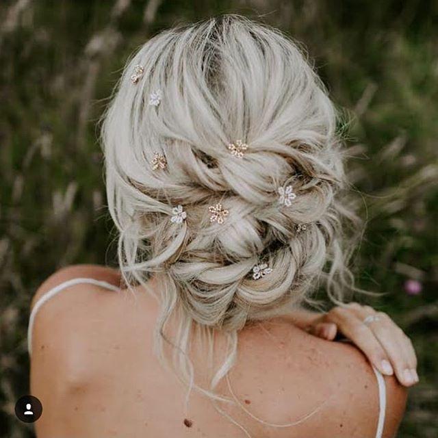 ⭐ Happy F R I D A Y ⭐ I Loved styling this hair on @natacha_loftus . In the middle of a field with no heated tools! She's wearing those super cute little daisy pins by my gal @edenbstudio . Photography by @nicoladixonphotographyco . . . . #blondehairup #softhairup #relaxedweddinghair #relaxedhairup #loosehairup #iwokeuplikethis #messyhair #hairofinstagram #hairoftheday #bridemaidshair #hairinspo #hairideas #edenbridgehair #herohairstylist #tunbridgewellshairup #sevenoaksbride #tunbridgewellsbride #coolingcastlebarn #thegeorgeinrye #highrocks #hevercastle #chiddingstonecastle #penshurstplace #hendallmanorbarns #hevergolfclub #bridalhairsurrey #bridalhairkent #bridalhairsussex #weddinghairkent #kentweddinghair