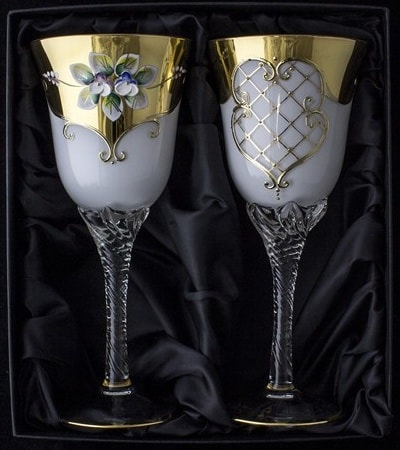 Hand decorated wine glasses – opal content: 230 ml