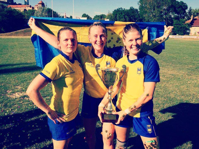 From the left: Emma Skagerlind, Emelie Hellgren and Lene Lykke-Olesen posing with the European Thophy 2017, after finishing first with the Swedish national 7's team.
