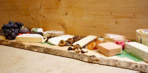 Kaasschotels - Wij verzorgen voor u een kaasplank met perfect gerijpte kazen, aangevuld met garnituren zoals noten, gedroogd fruit, een zoetje en overheerlijk vers brood.Deze kaasschotel wordt u gepresenteerd op een mooie houten plank en kan zo de feesttafel op.