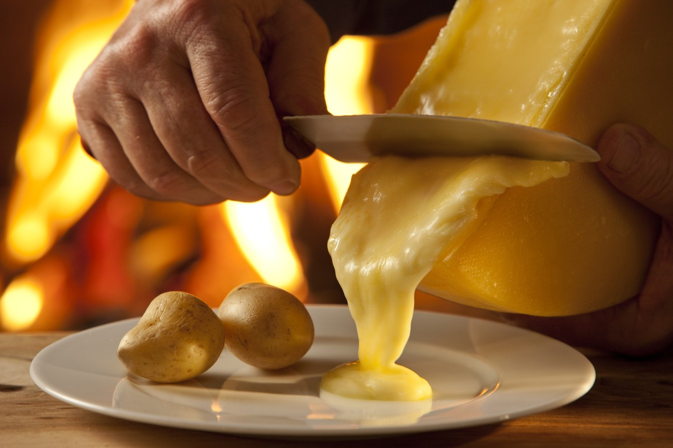 Raclette - Raclette is een van de nationale gerechten van Zwitserland en een fantastische manier om van kaas te genieten.Bartholomeus stelt voor u een lekkere charcuterieschotel samen, die perfect past bij de authentieke Zwitserse raclette kaas.U kan bij ons uiteraard ook terecht voor het toestel. Op tijd reserverenis de boodschap!