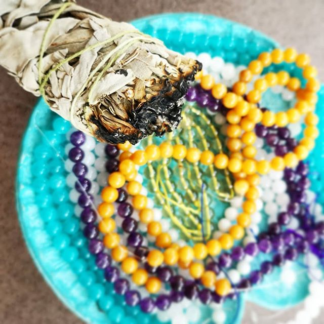 ✨🌿SMUDGE & SAGE 🌿✨ Preparing new crystals for knots of love! 📿💗 #tulamala #consciouscreations#knotted with love #sage #crystals #cleanse #positivity #creative #heartsong