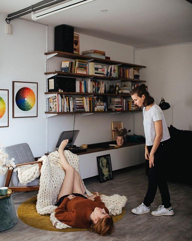 Indicándole yo qué sé a @__fabiacastro__ 😂 Ella sabe lo que hace 😬🍄 En casa de @laverdepura para el vídeo de @umie_inlab 📸 de la mismísima @elenacamposcea