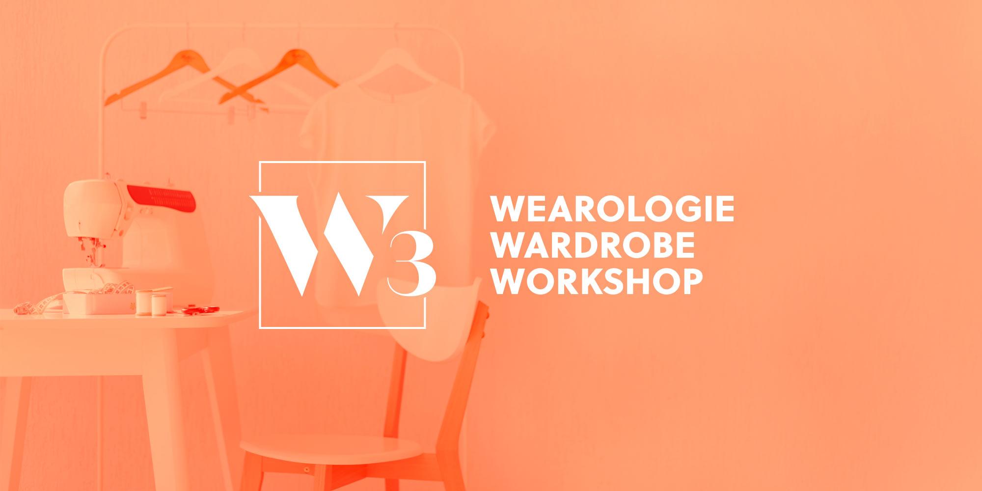 Logo Wearologie Wardrobe Workshop sur un fond d'image d'atelier de couture.