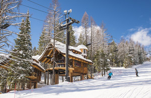 snow-bear-chalets-whitefish-montana-ski-resort-hope-slope-outisde-view-of-snow-covered-mountains-skiing.jpg