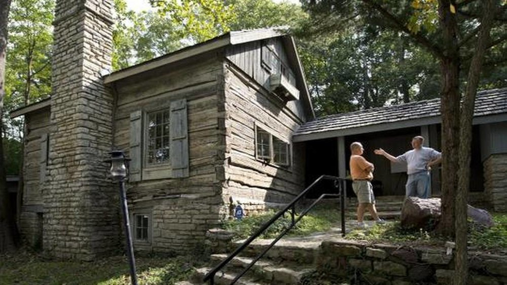historic-day-log-cabin-in-parkville-missouri-gets-a-beauitful-new-cedur-rood-iinstalled-by-local-contractor