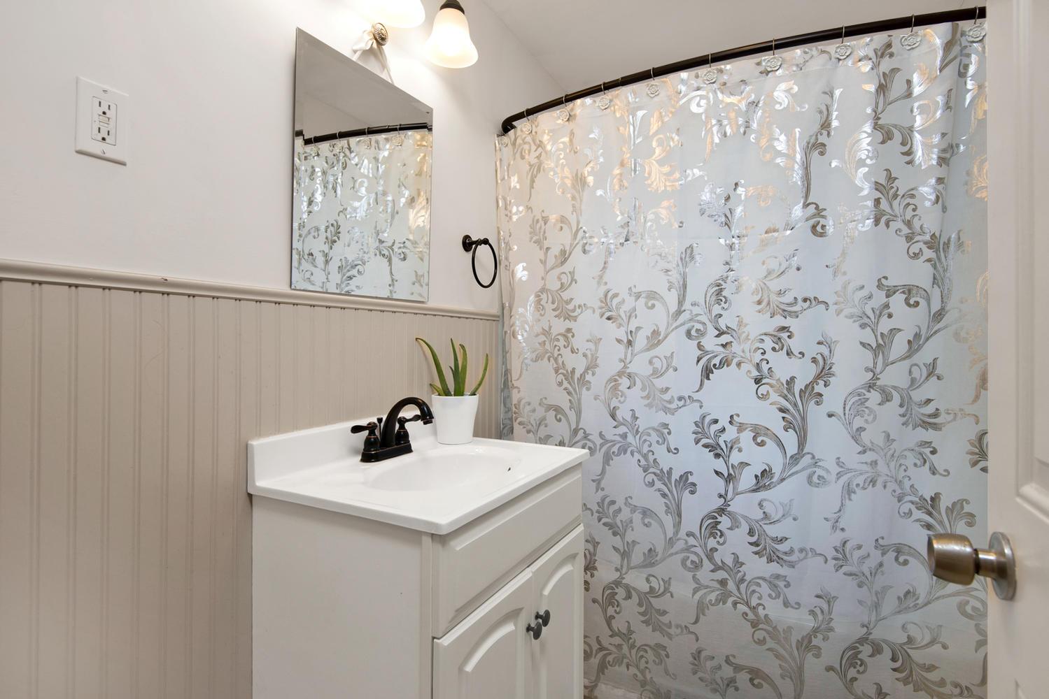 105 Rowe Ave Portland ME 04102-large-014-26-Bathroom-1499x1000-72dpi.jpg
