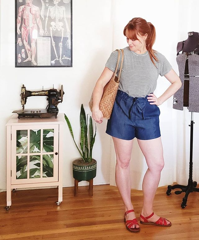Raise your hand if you're self conscious about your legs 🖐🏻🖐🏻🖐🏻 Mine are pale, freckled and meaty.  They've been this way since the day I was born.  Thanks to @seamworkmag for a pattern that's making me feel a little more okay about them 💞 I shortened the rise on these tencel denim #seamworkmiller shorts about 4 inches and went down 2 sizes for a more streamlined look.  Fabric is from fabric.com  I absolutley love how the back is elasticated but the front gathers with ties. Worn with a #stellantee in rayon jersey from Michael Levine  #havelegswillwearshorts #mlevinecreation #madewithfabric #seamworkmag #indiesewing #memade #memadeeveryday #handmadewardrobe #modernmaker #slowfashion #slowsewing #sewingproject #sewingblogger #sewing #diyfashion #diyootd #lovetosew #isew #isewmyownclothes #instasewing #sewistsofinstagram #imadethis #wearhandmade #imakemyclothes