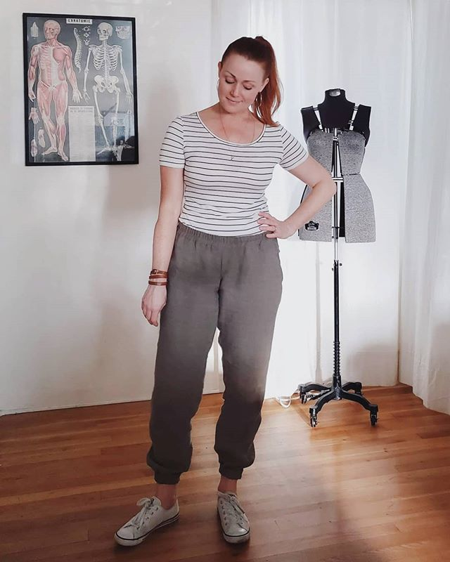 Never thought I would have a pair of comfy woven pants that didn't give me a saggy bottom, especially not linen ones!  Enter the #tierraswovenjoggers from @itchtostitch 🙌🏻 Such a well drafted pattern with all the pro finishes that really do it for me.  The sizing here is so straightforward: only relevant measurement is the hip and size down if you're in between.  I'm between the 6 and 8 and the 6 was great with no adjustments.  Next time I will raise the front rise significantly but other than that they are just perfect.  My success here is largely due to this top notch linen remnant I snagged from @matchpointfabric 💞 No bagging out after a day of wear in humid 100 degree weather.  Up top I have a new @tillybuttons #agnestop in pencil striped rayon jersey from @moodfabrics.  My old one had been worn to death so made another exactly the same, but cropped a few more inches so no bulk when tucking 😎  #indiesewing #memade #memadeeveryday #handmadewardrobe #modernmaker #slowfashion #slowsewing #sewingproject #sewingblogger #sewing #diyfashion #diyootd #lovetosew #isew #isewmyownclothes #instasewing #sewistsofinstagram #imadethis #wearhandmade #imakemyclothes #moodfabrics #matchpointfabrics #tillyandthebuttons #itchtostitch