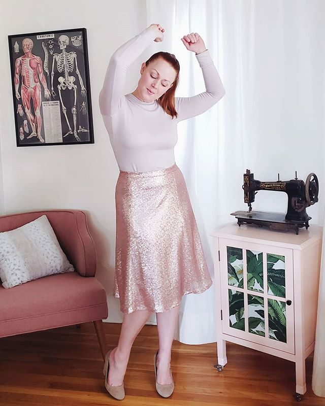 Try not to let my dance moves distract you from this showstopping hacked #s8019 in rose gold Luxor Sequinned Tulle Lace from @minervadotcom 💃🏻💃🏻💃🏻 When Minerva started offering up sequined fabric in the middle of summer I stood up and waved my hands around because well, why the heck not?? All the details about this skirt and my sequin sewing tips will be on a future blog post. Best supporting act award goes to this hacked #nikkotop in a modal blend sweater knit from @imaginegnats.  It is glorious 🙌🏻🙌🏻🙌🏻 This is my 4th cropped Nikko with sleeve cuffs and this time I realized the original neckline is actually perfect as a crew! Just add a narrower neckband 👌🏻 Swipe to see it closer up.  #indiesewing #memade #memadeeveryday #handmadewardrobe #modernmaker #slowfashion #slowsewing #sewingproject #sewingblogger #sewing #diyfashion #diyootd #lovetosew #isew #isewmyownclothes #instasewing #sewistsofinstagram #imadethis #wearhandmade #imakemyclothes #seamstress #postyoursequin #drippinginsequins #minervamakers #minervacrafts #youcanhackit #sewfrosting #simplicitypatterns