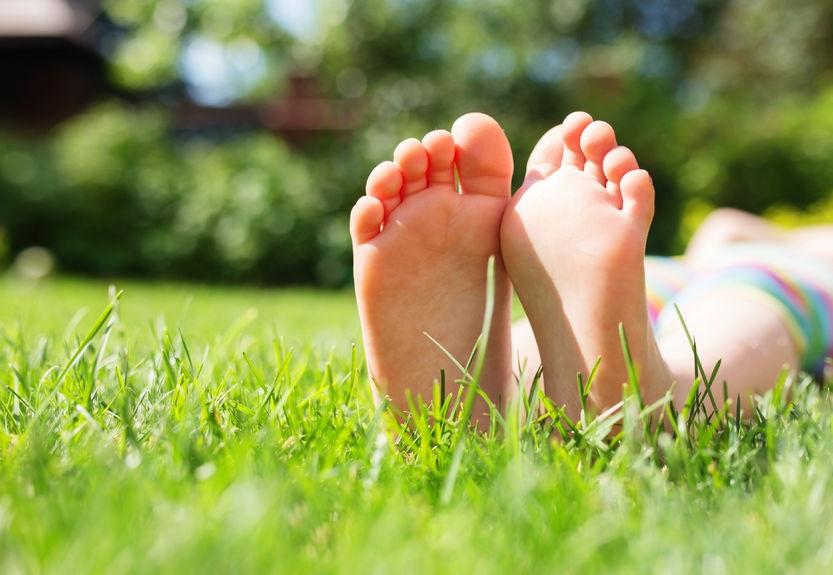 41752641_M_Feet_Grass_Girl_Toes_sun_Legs_Kid_Child_garden_.jpg