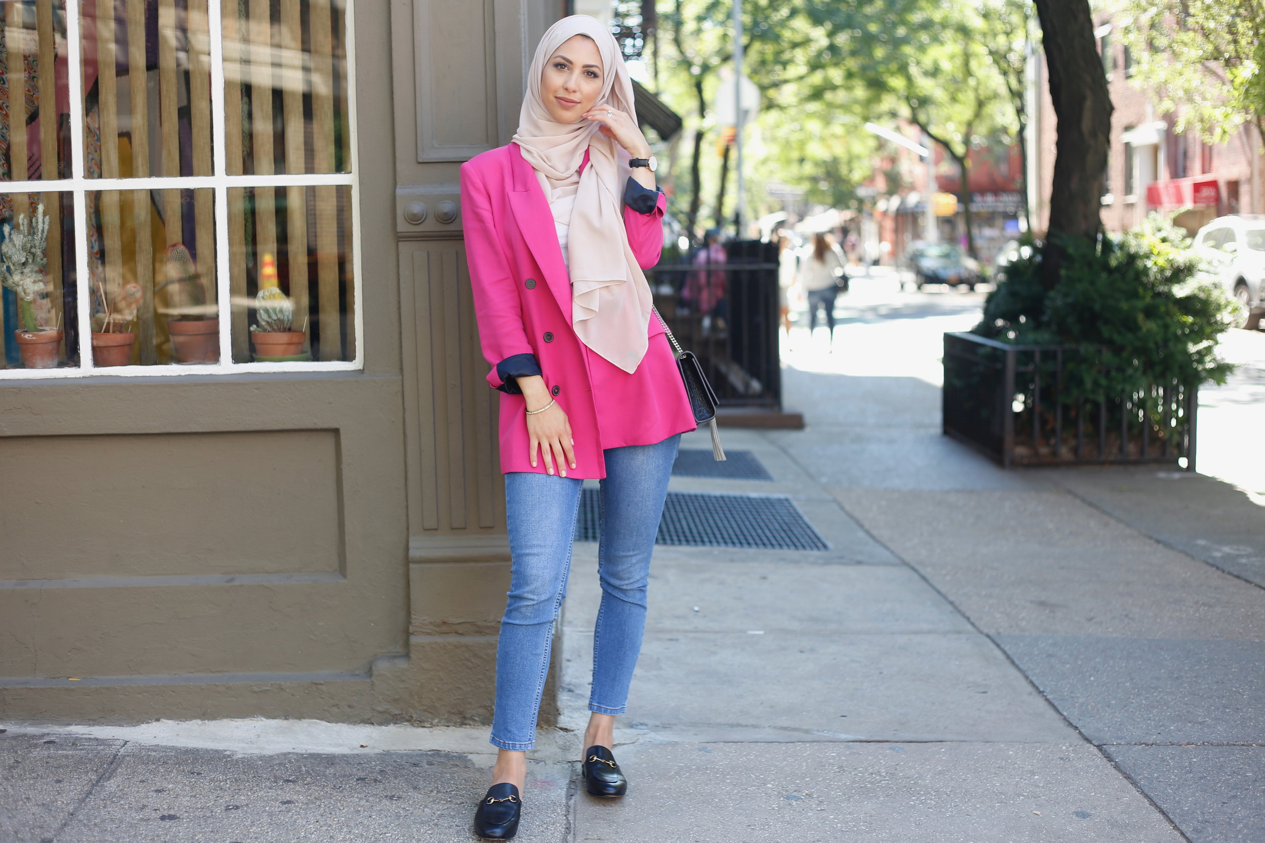 CHIC ON THE STREETS OF NEW YORK  Blazer: Zara  Jeans: Forever 21  Mules: Gucci