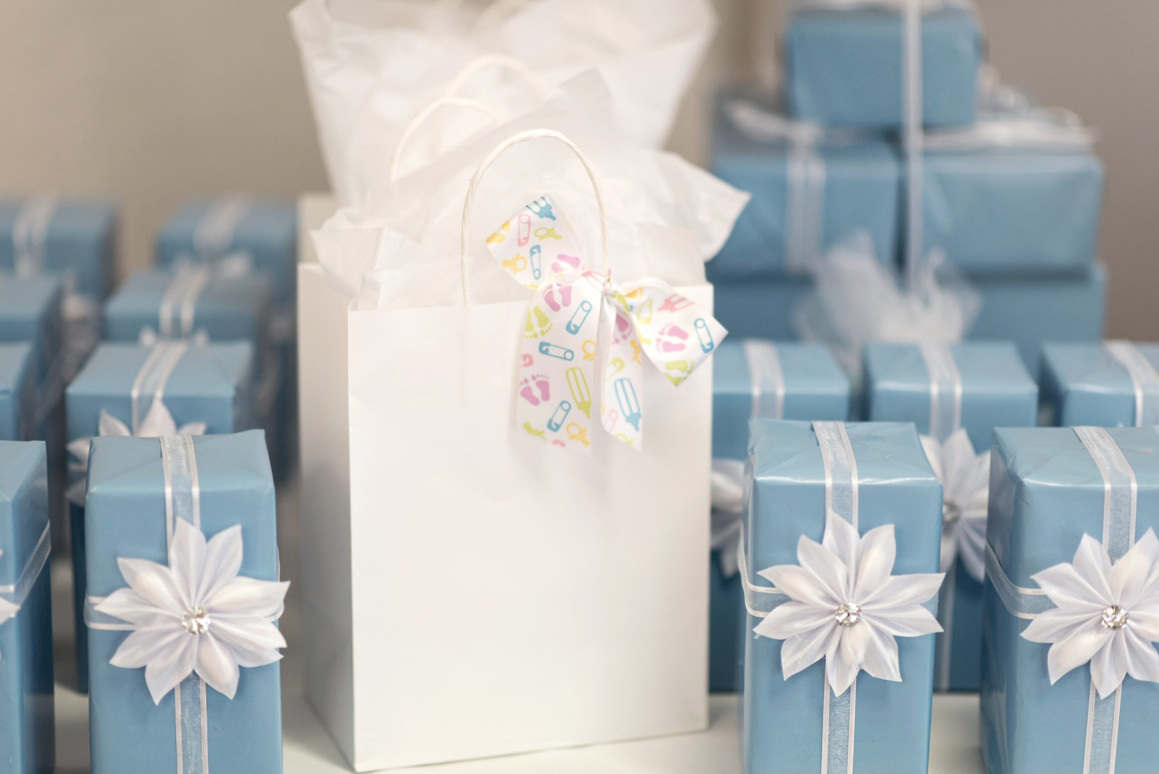 My mom did such an amazing job packaging the shower favours!! They look so perfect! The favours were ring holders and candle holders from Bowring.