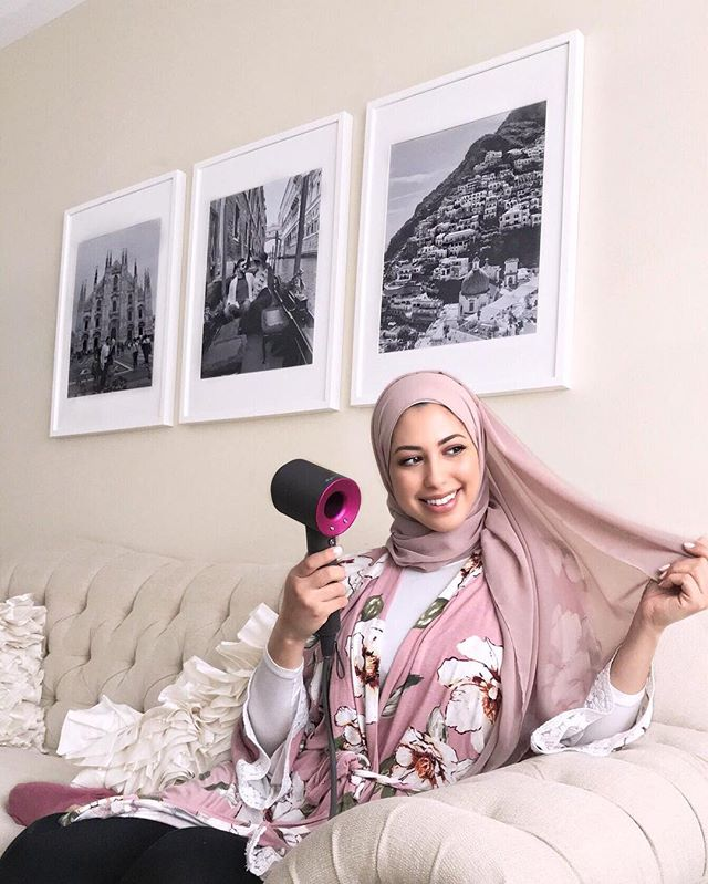 I always get questions about hair products that I love to use so I thought I'd tell you guys which hair dryer stole my heart!😊 I use the @dysonhair Supersonic hair dryer💗 #sponsored Although my hair is covered, I still love styling it and keeping it healthy. The Dyson Supersonic hair dryer has built-in intelligent heat control that prevents heat damage to the hair. And it dries your hair so fast!! (It's perfect for showers in the morning when you have to run out) I secretly use it to dry some of my hijabs and even spot dry areas around the house hahaha I'm sure I'm not the only one! #DysonHair