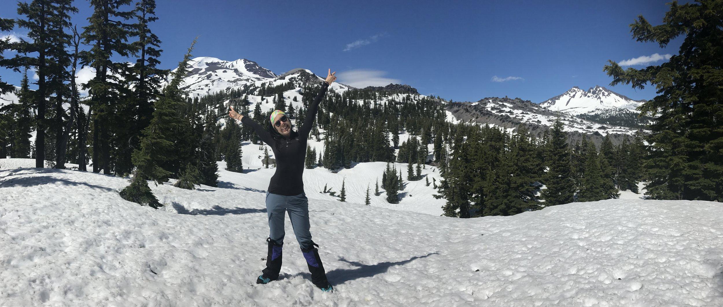 A las 11:30 am empezó nuestro ascenso para la imponente South Sister. Mi emoción no cabía en el pecho. Al iniciar el recorrido, lo primero que encontramos fue un clima bastante cálido y soleado pero con un suelo lleno de nieve dura.