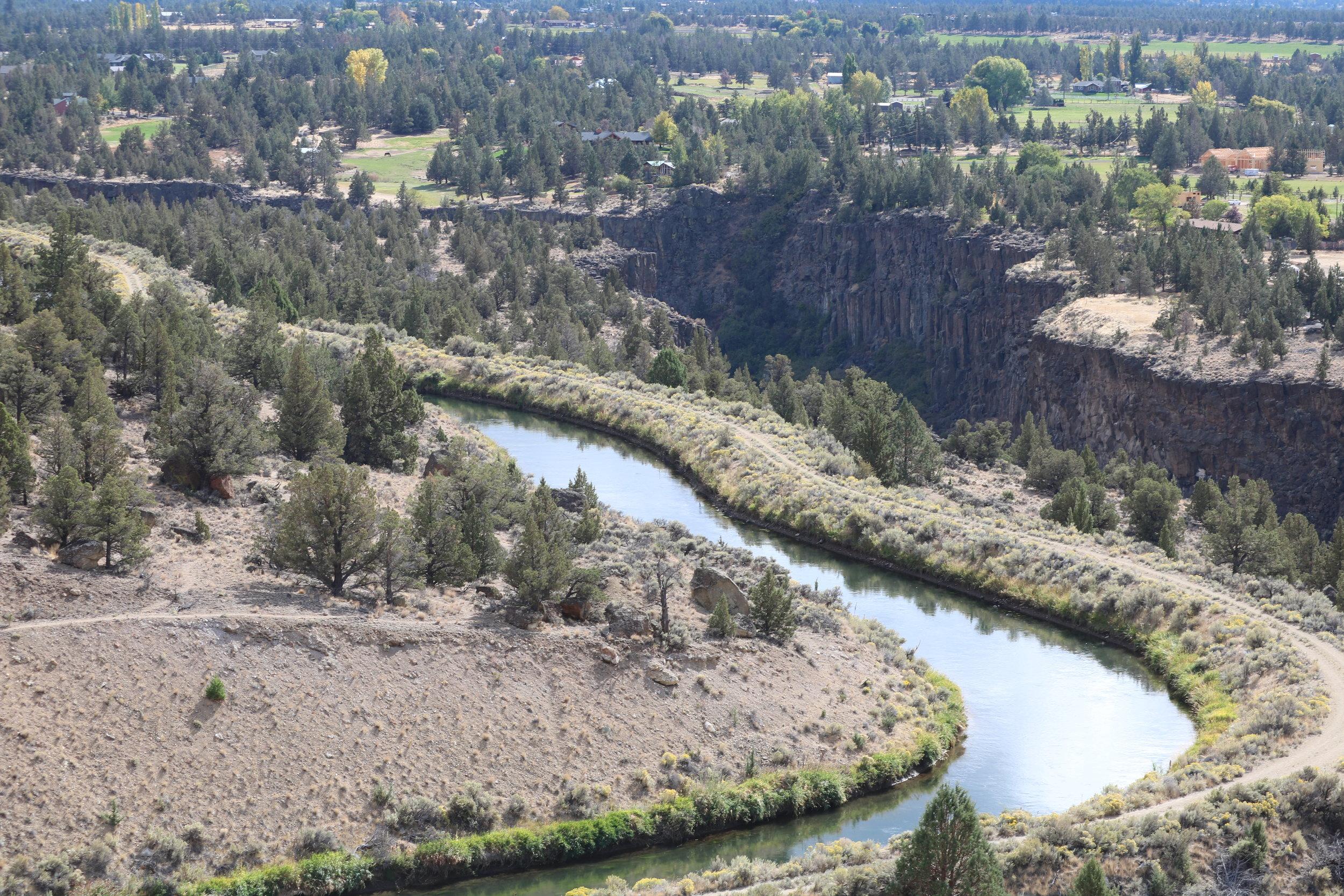 Poco tiempo después,el río Crooked cortó su camino a través de las capas de roca para crear las características geográficas de hoy.