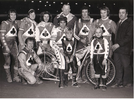 belle vue aces 1972 - Peter Collins, Soren Sjosten, Ken Eyre, Chris Pusey, Ivan Mauger (capt.), Jack Fearnley (promotor), Eric Broadbelt, Alan Wilkinson, Dent Oliver (team manager).