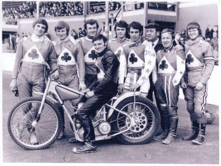 belle vue aces 1970 - Dave Hemus, Alan Wilkinson, Eric Broadbelt, Tommy Roper (capt.), Mike Hiftle, Ivan Mauger, Dent Oliver (team manager), Soren Sjosten, Ken Eyre