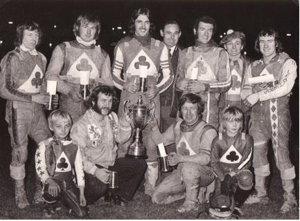 belle vue aces 1973 - Chris Morton, Alan Wilkinson, Chris Pusey (capt.), Paul Tyrer, Joe Shaw (team manager), Soren Sjosten, Eric Broadbelt, Jim McMillan (guest), Peter Collins