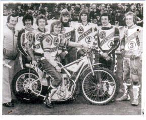 belle vue aces 1977 - Eric Boocock (team manager), Russ Hodgson, Chris Morton, Alan Wilkinson (capt.), Kristian Praestbro, Chris Turner, Les Collins, Peter Collins