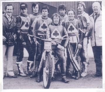 belle vue aces 1981 - Eric Boocock, Peter Ravn, Mike Lohmann, Chris Morton (capt.), Louis Carr, Jim McMillan, Larry Kosta, Jack Fearnley (promotor)