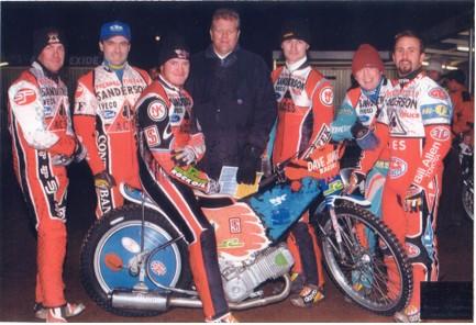 belle vue aces 1998 - Jason Lyons, ??, Joe Screen (capt.), John Hall (promotor), ??, Sean wilson, Ronnie Correy.