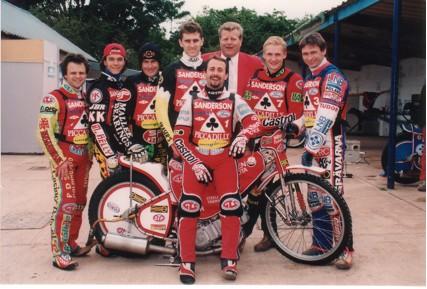 belle vue aces 1999 - Andy Smith, Chris Manchester, Jason Lyons, Jason Hawkes, Ronnie Correy (capt.), John Hall (promotor), Kai Laukkanen, Jimmy Nilsen