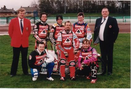 belle vue aces 1999 - John Hall (promotor), Jarno Kosonen, Chris Manchester, Jason Lyons, Ronnie Corrie (capt.), Jimmy Nilsen, Barry Campbell, John Perrin (promotor)