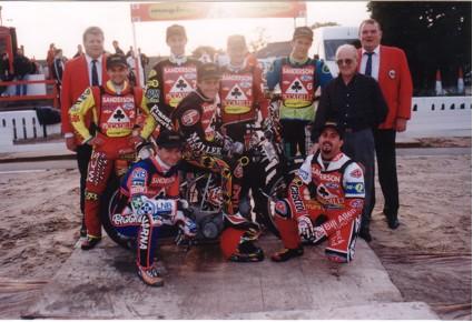 belle vue aces 1999 - John Hall (promotor), Andy Smith, Jimmy Nilsen, Jason Hawkes, Jason Lyons (capt.), Kai Laukkanen, Kevin Doolan, Ronnie Correy, John Perrin (promotor)