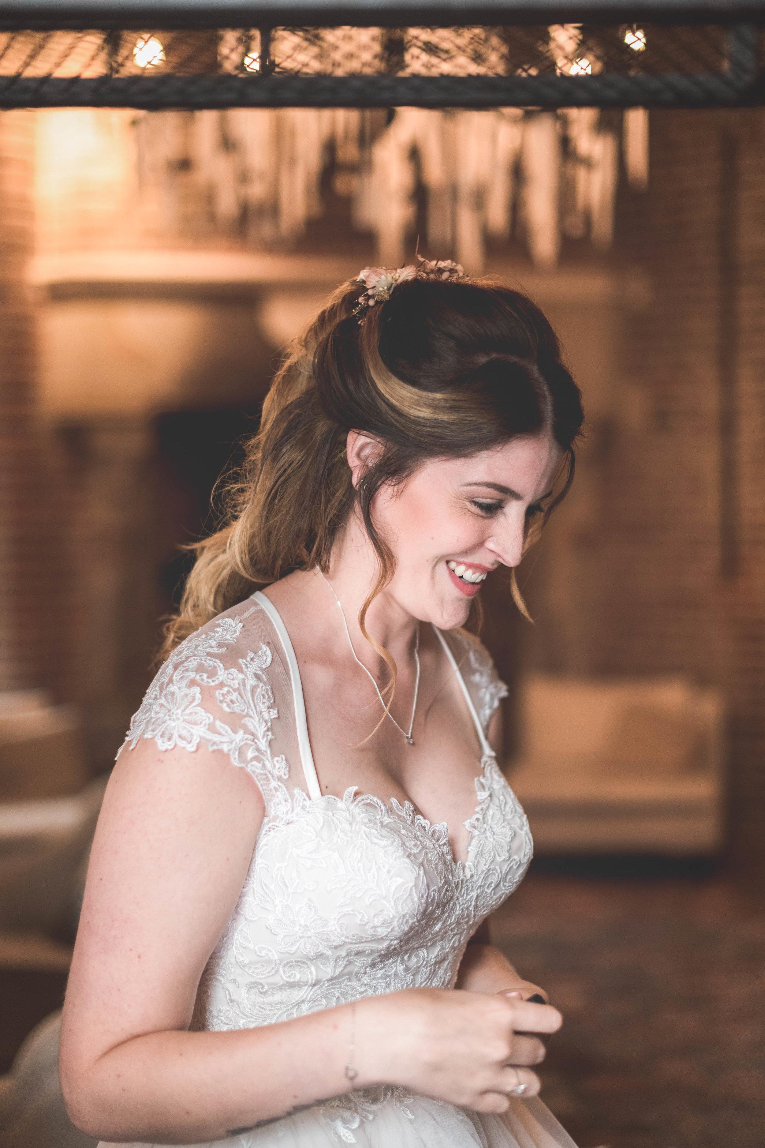 Een Rotterdamse bruid tijdens de voorbereidingen van de bruiloft.