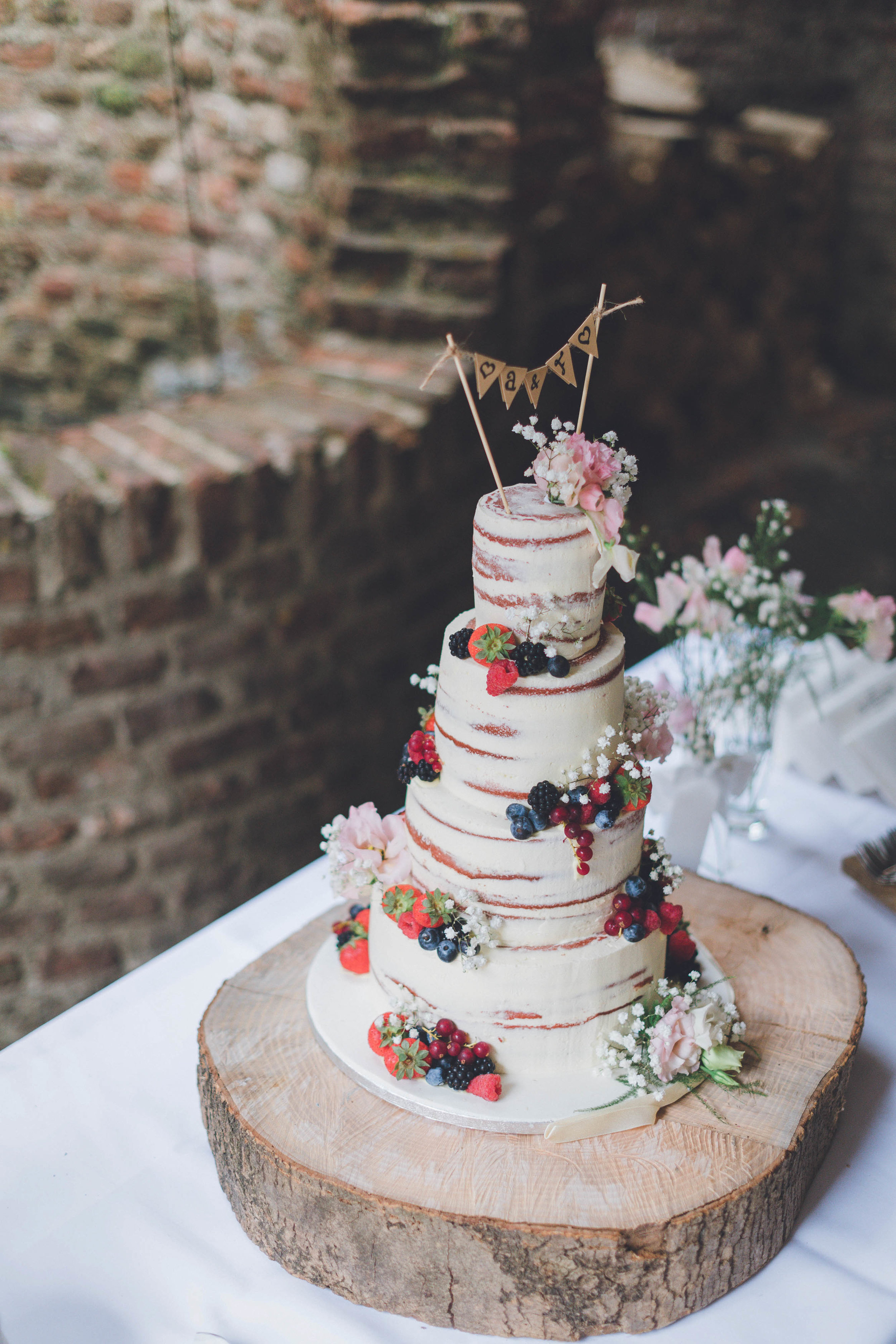 Een prachtige bruidstaart gemaakt op een bruiloft. Als trouwfotograaf probeer ik een verhaal te maken van jouw bruiloft, daarom is belangrijk om ook alle details vast te leggen.