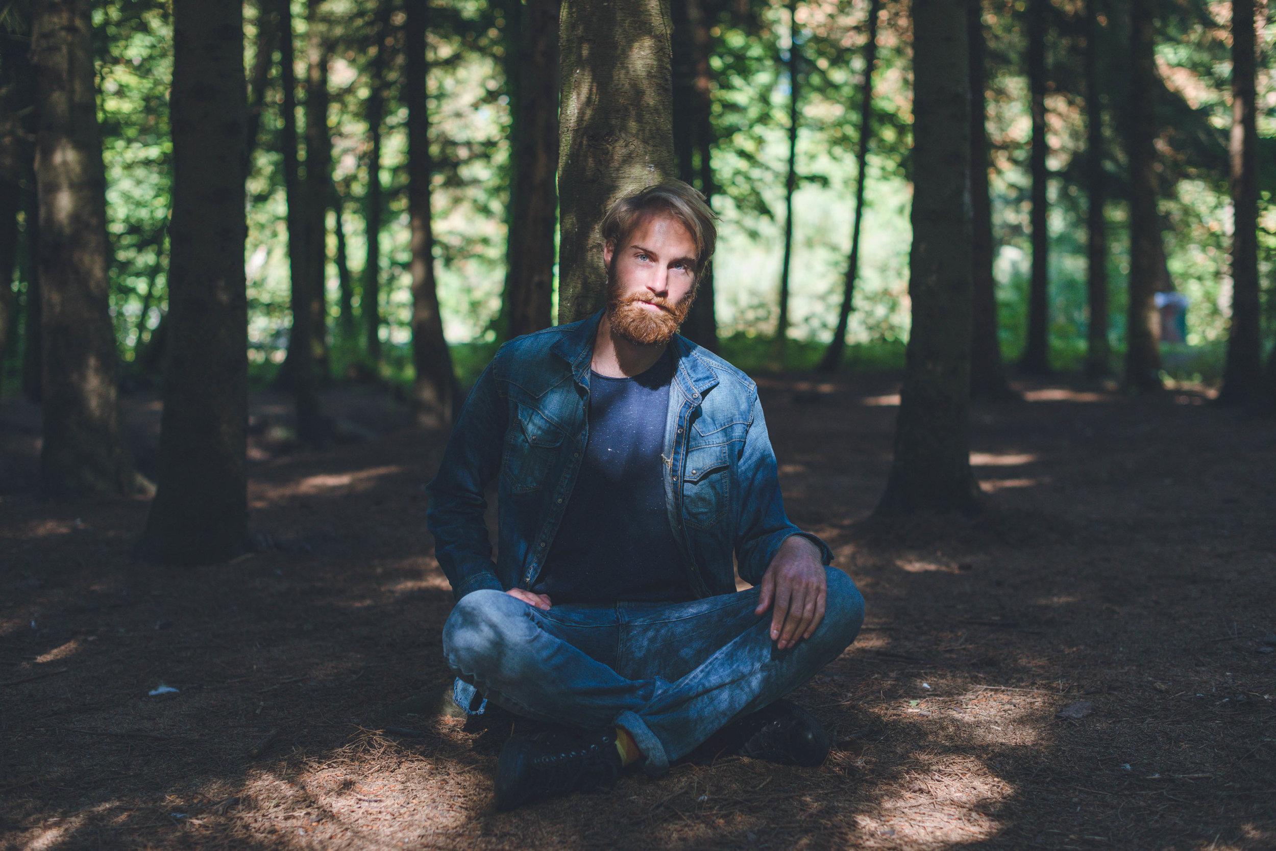 Een portret buiten shoot in het Kralingse Bos in Rotterdam van een mannelijke ondernemer.