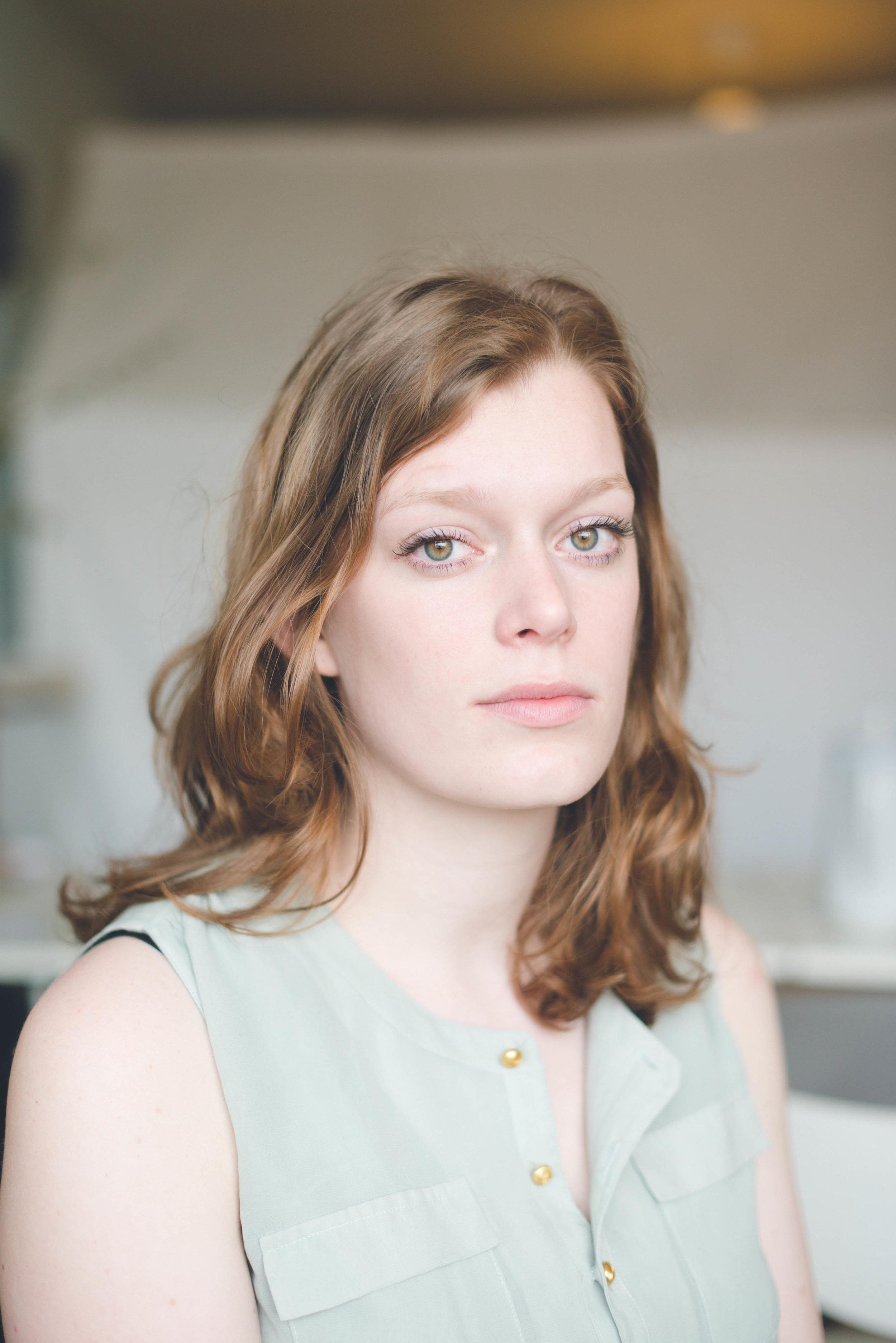 Een portret van een Rotterdamse actrice gemaakt met natuurlijk licht.
