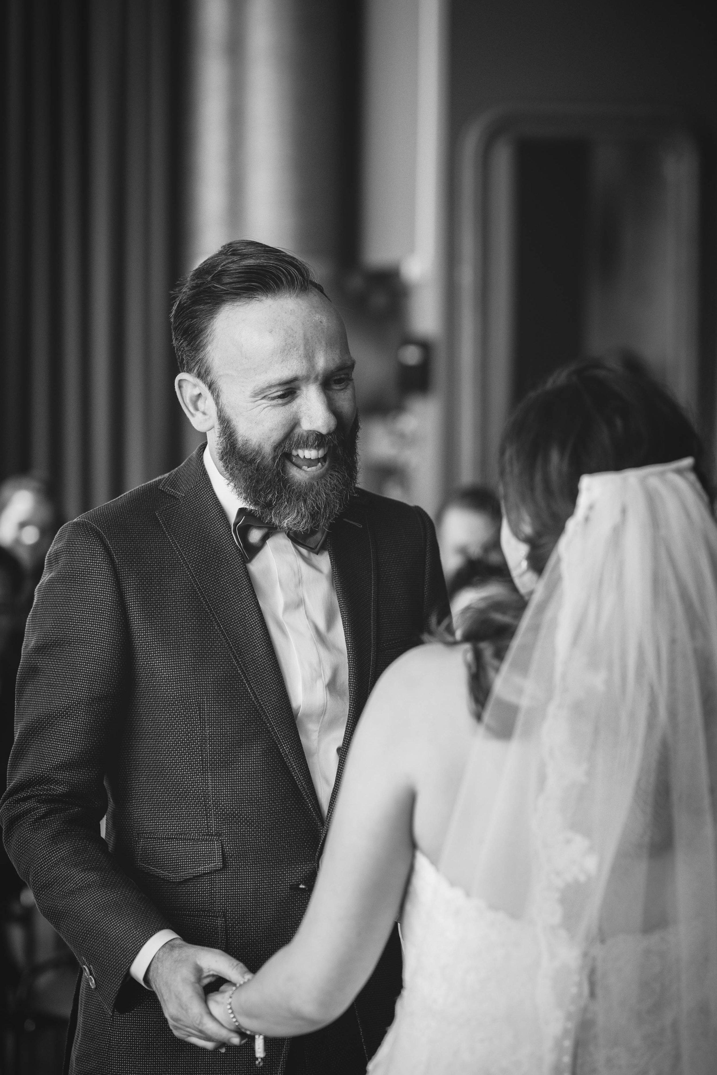 Tijdens de trouwceremonie maak ik een mooie fotoreportage waarin ik zo onopvallend mogelijk de sfeer van de bruiloft vastleg zodat ik echte emoties vastleg.