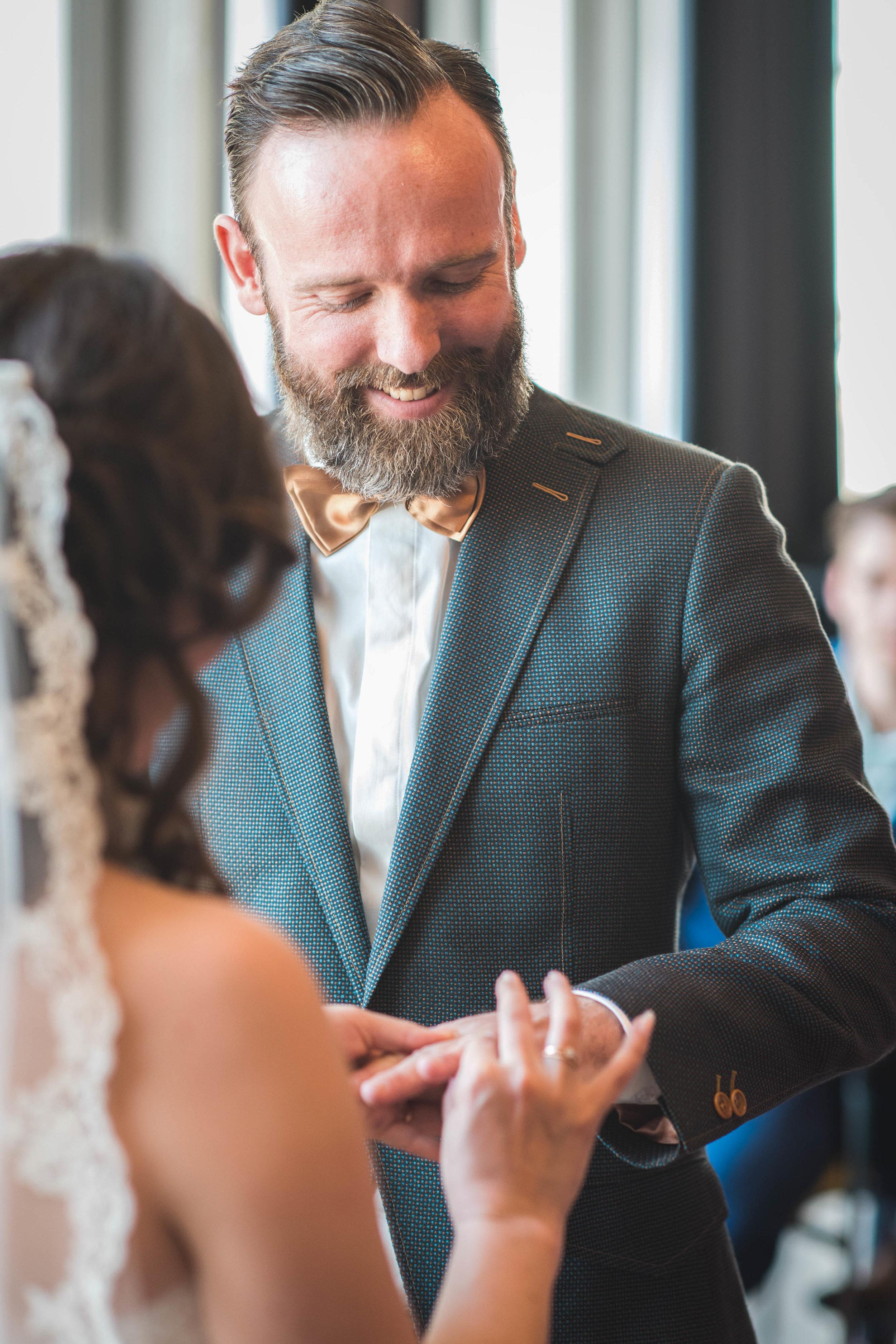 Alle belangrijke momenten, zoals het omdoen van de ring, leg ik vast in een trouwreportage zodat er mooie herinneringen worden vastgelegd.