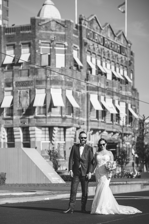 Natuurlijk is er ook altijd even tijd om een kleine shoot tussendoor te doen met de bruid en de bruidegom. Deze shoot deden we spontaan tijdens het lopen naar de auto.