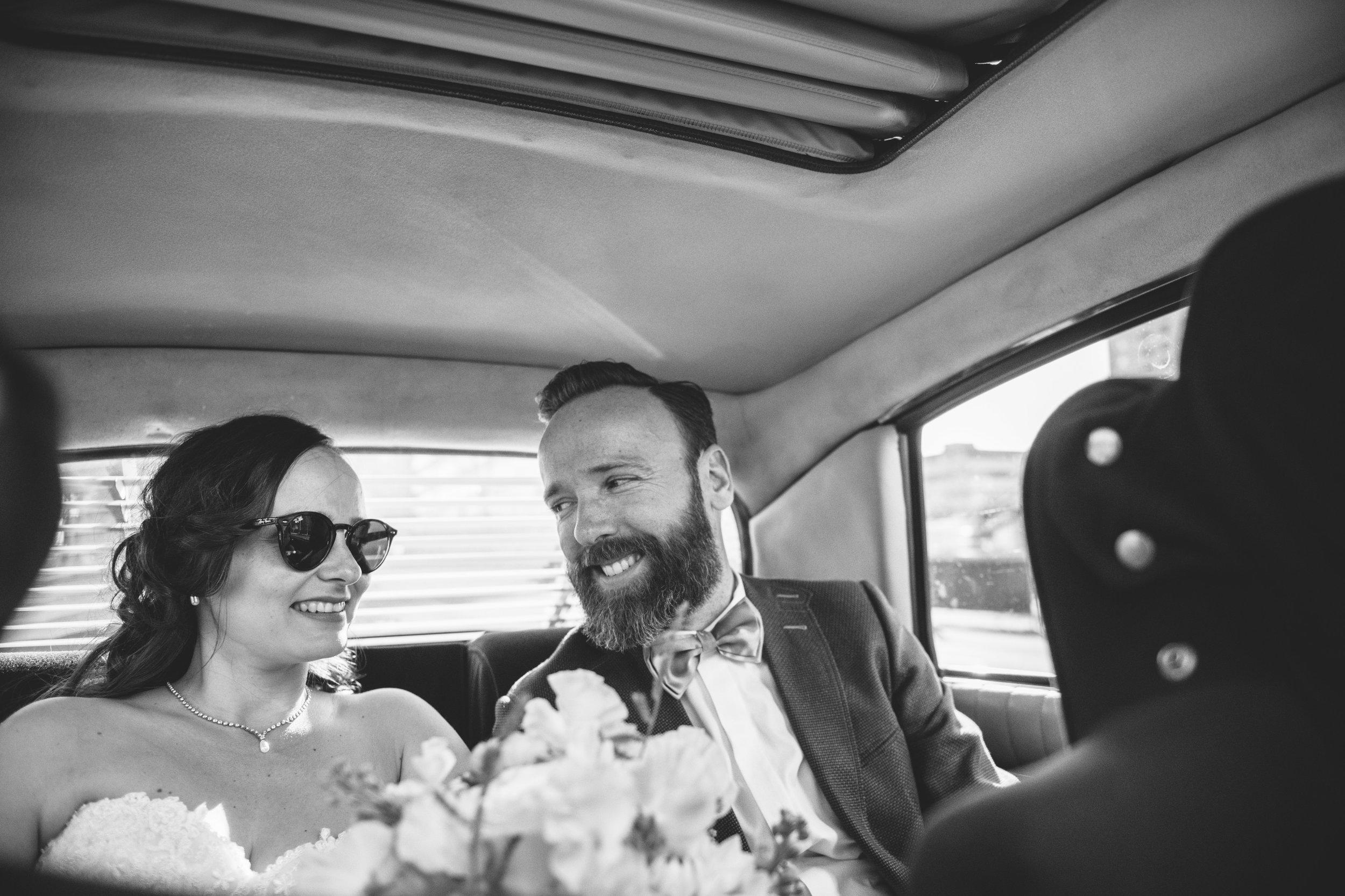 Zelfs tijdens het verplaatsen tussen trouwlocaties zorg ik voor mooie foto's. De bruidsreportage gaat heel de dag door.