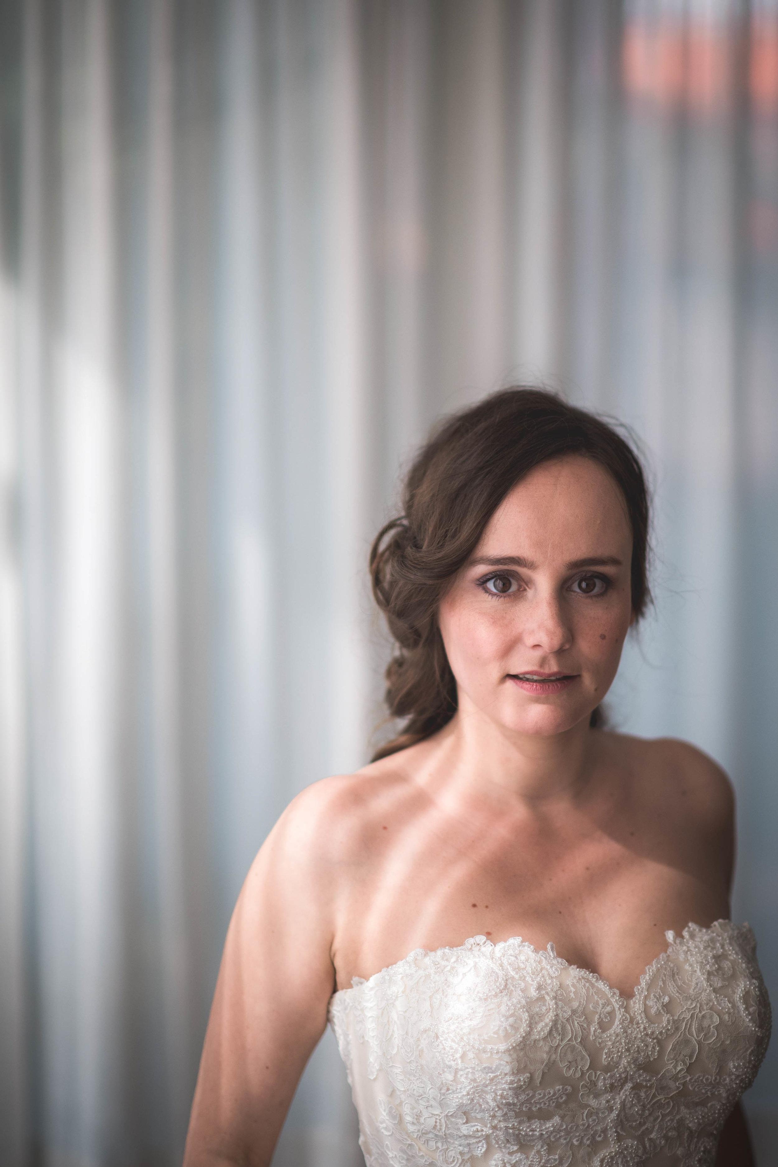 Een portret van de bruid nadat ze klaar is met haar, make-up en haar bruidsjurk aan heeft.