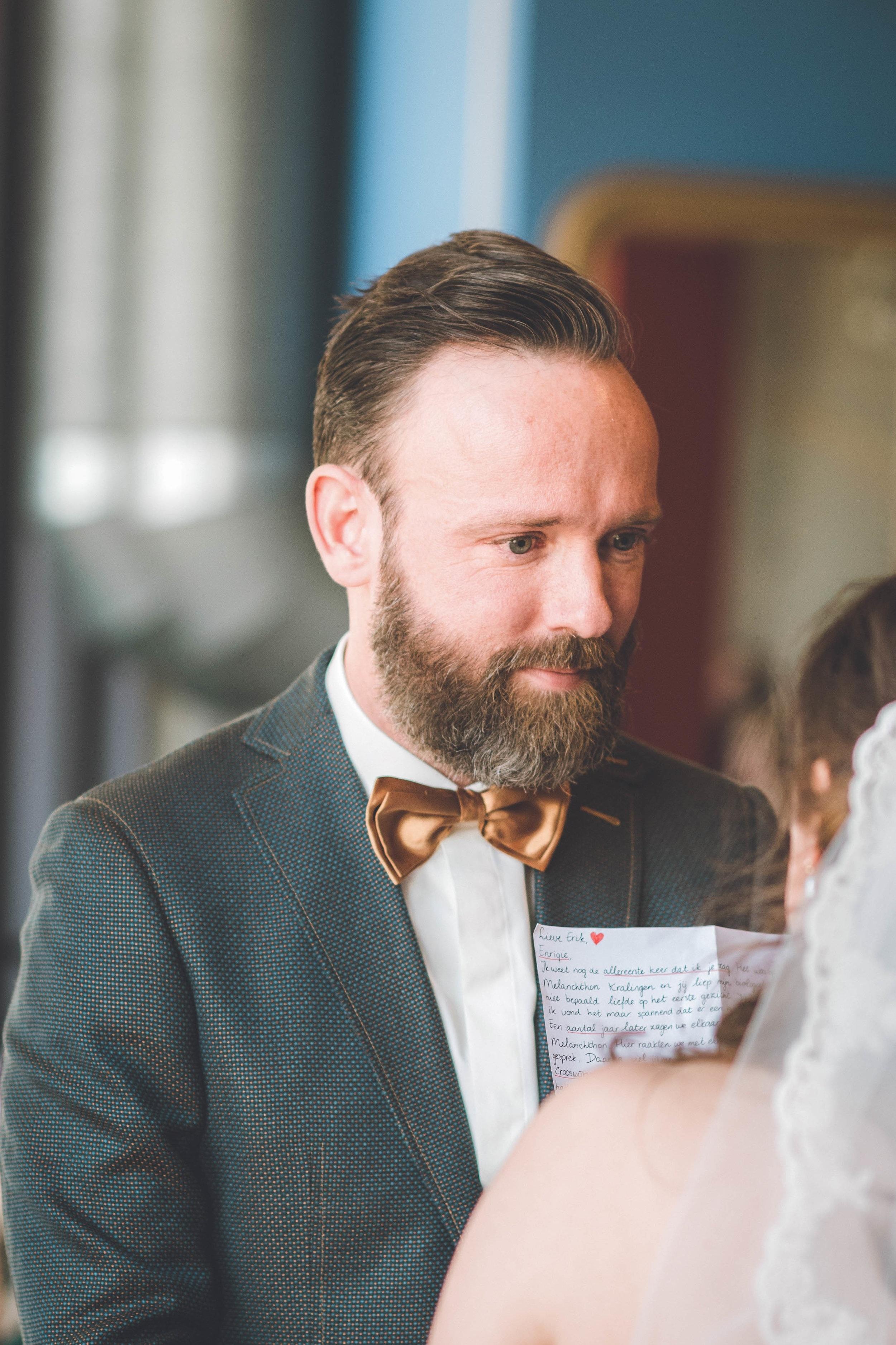 De bruid leest haar gelofte voor en haar aanstaande man is ontroerd. De bruiloft vond plaats in Rotterdam.