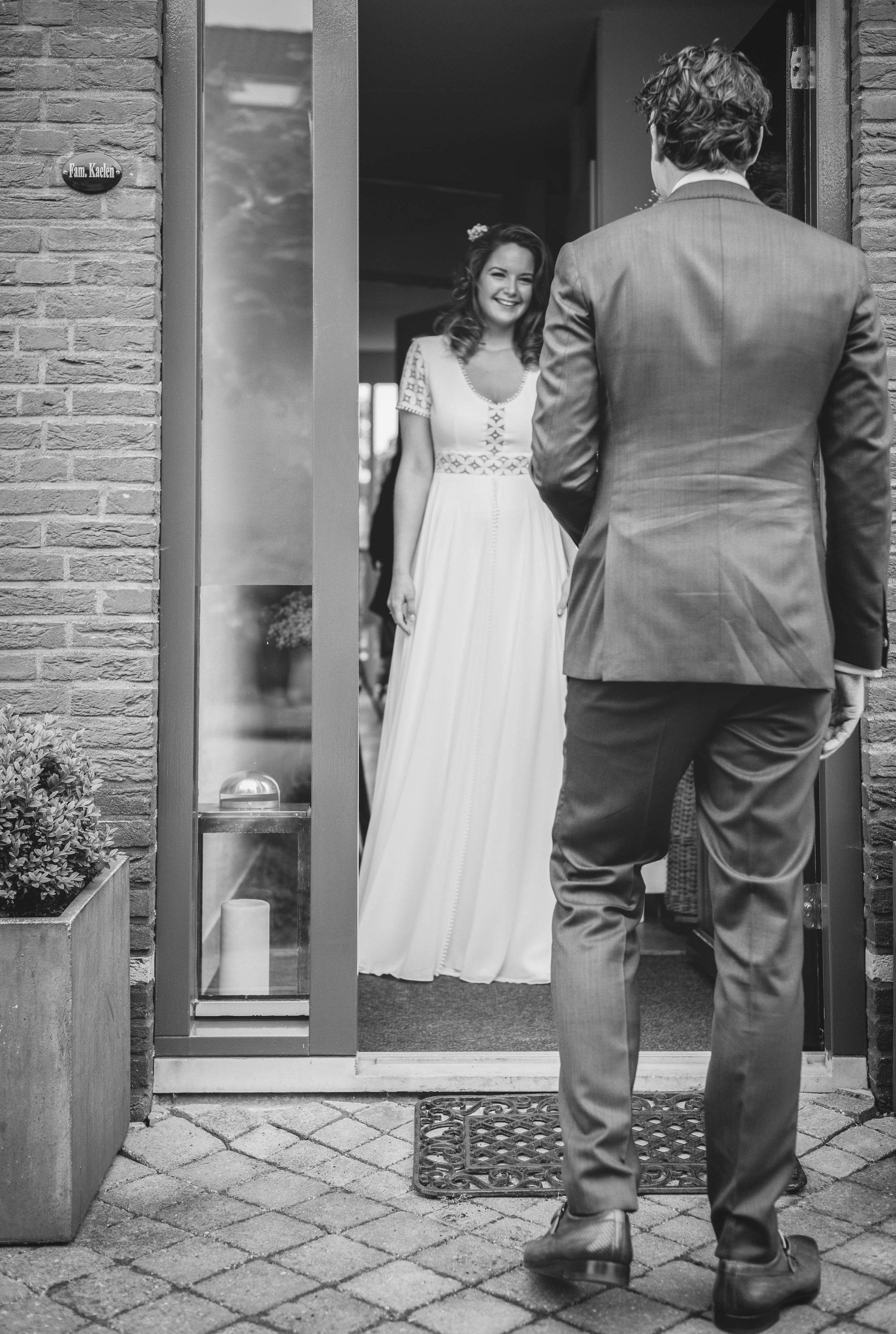 Tijdens een trouwreportage leg ik graag de 'first look' vast, het moment dat de bruid en bruidegom elkaar voor het eerst zien. Deze foto is gemaakt tijdens een mooie bruiloft in Rotterdam.