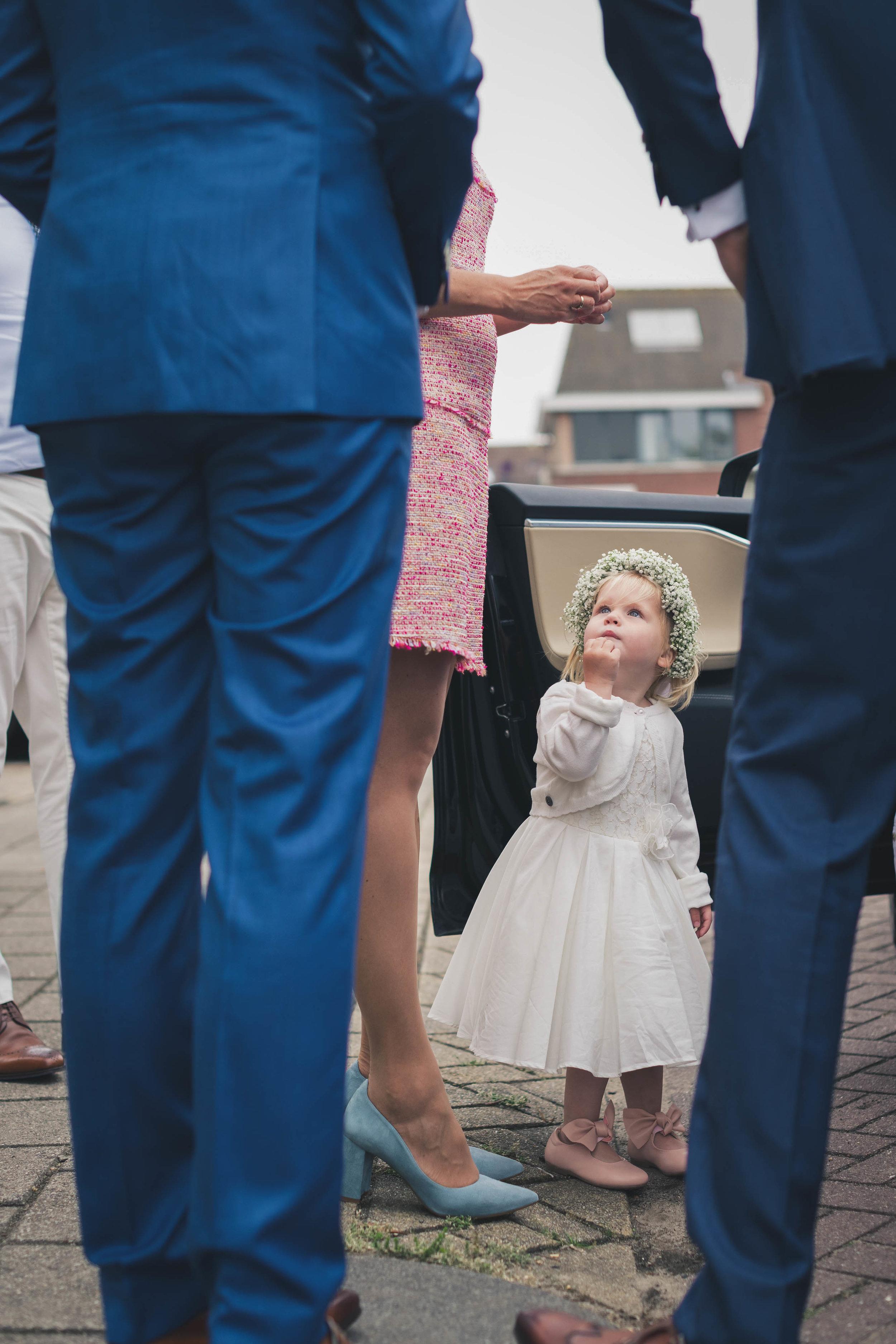 Een bruidsmeisje op een bruiloft in Rotterdam.