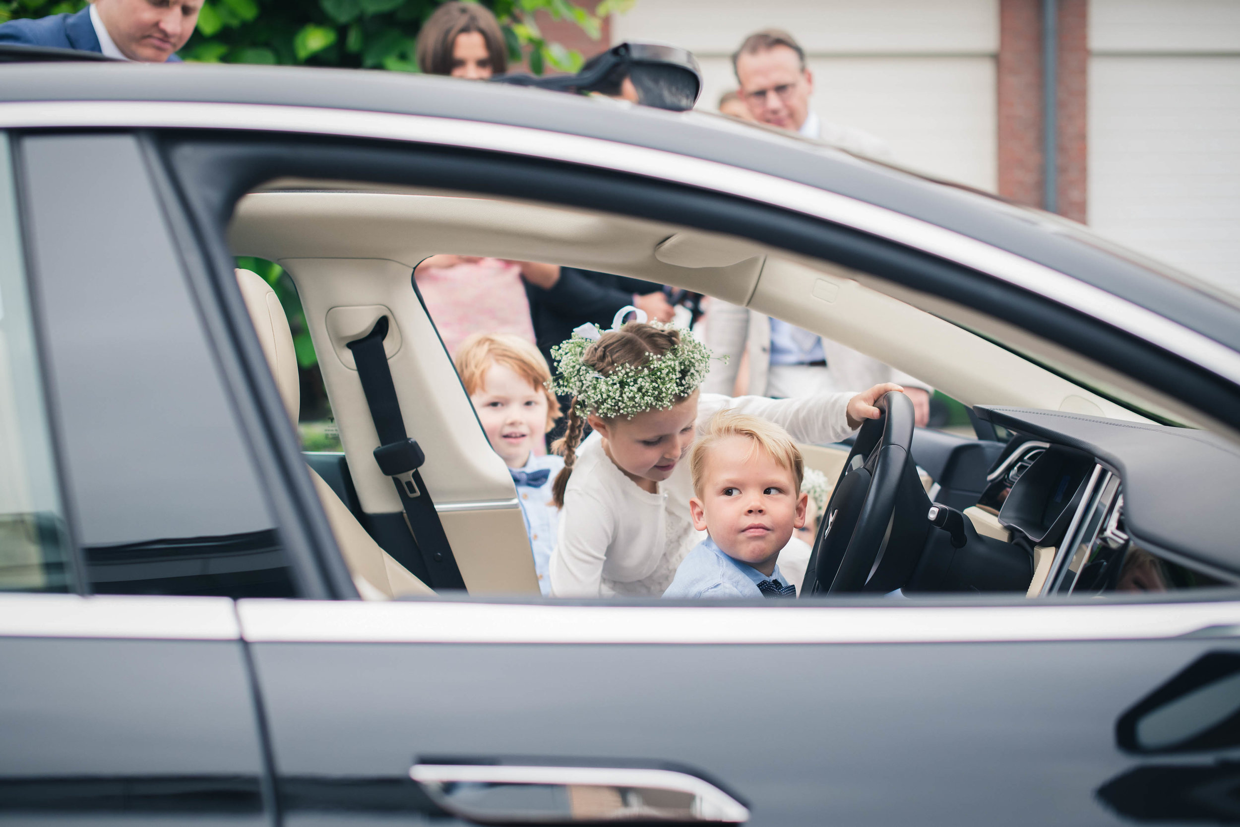 De bruidsjongens en meisjes maken alvast een testritje op deze bruiloft in Rotterdam.