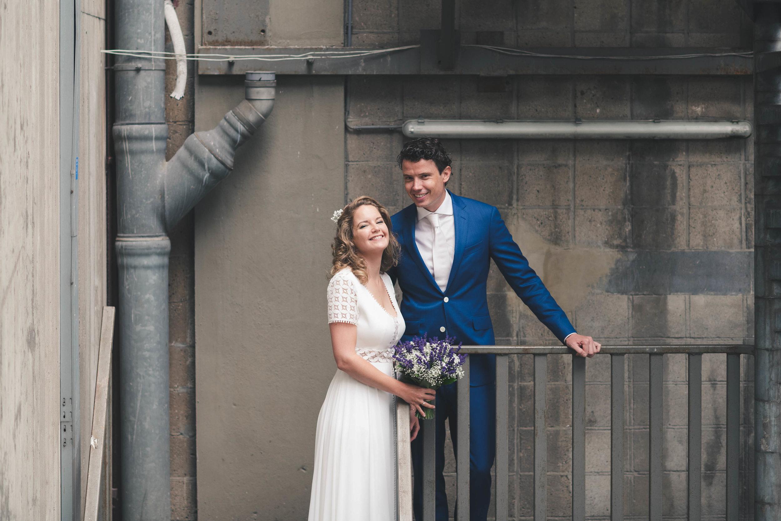 Voor de shoot van de bruid en bruidegom zijn we naar het industriele gebied rond de Maassilo te Rotterdam gegaan. Het is erg leuk om op een bruiloft een momentje te reserveren met het bruidspaar om wat mooie foto's te maken.