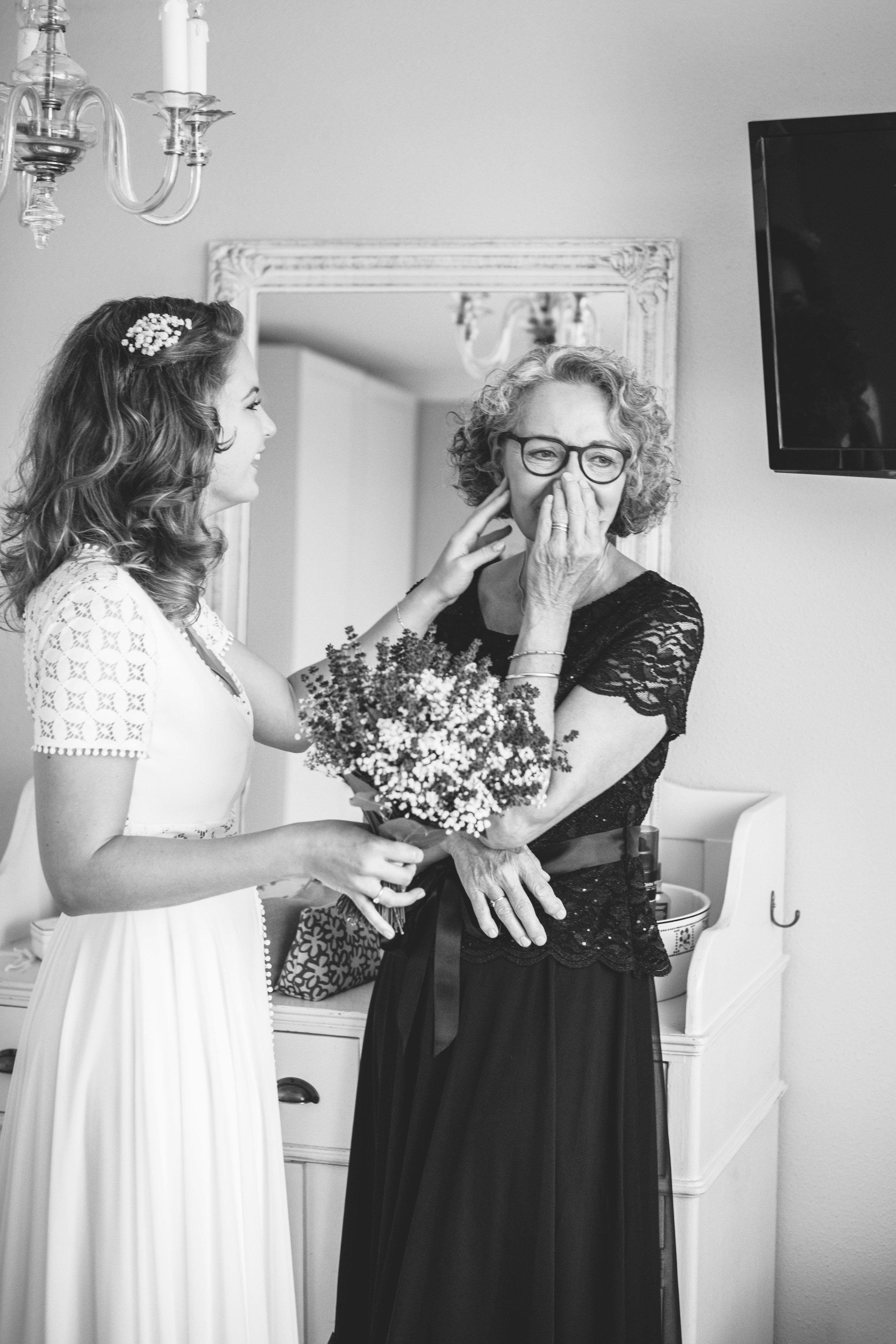 Een emotioneel moment tussen de bruid en haar moeder op de ochtend van de bruiloft. Dit soort momenten zijn in een bruidsreportage onmisbaar.