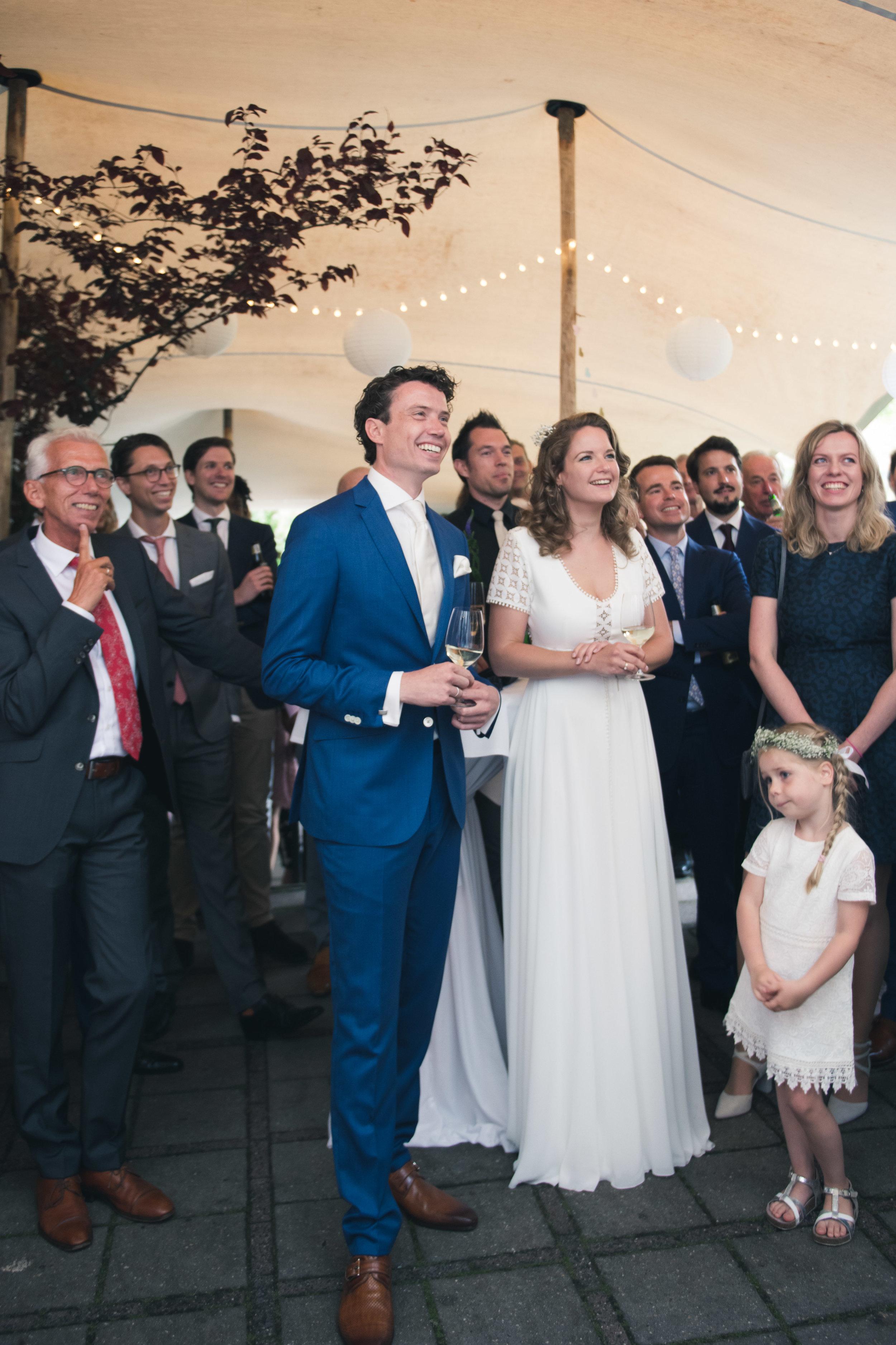 Het bruidspaar tijdens een speech. Het feest en diner vonden plaats bij de Harmonie in Rotterdam.