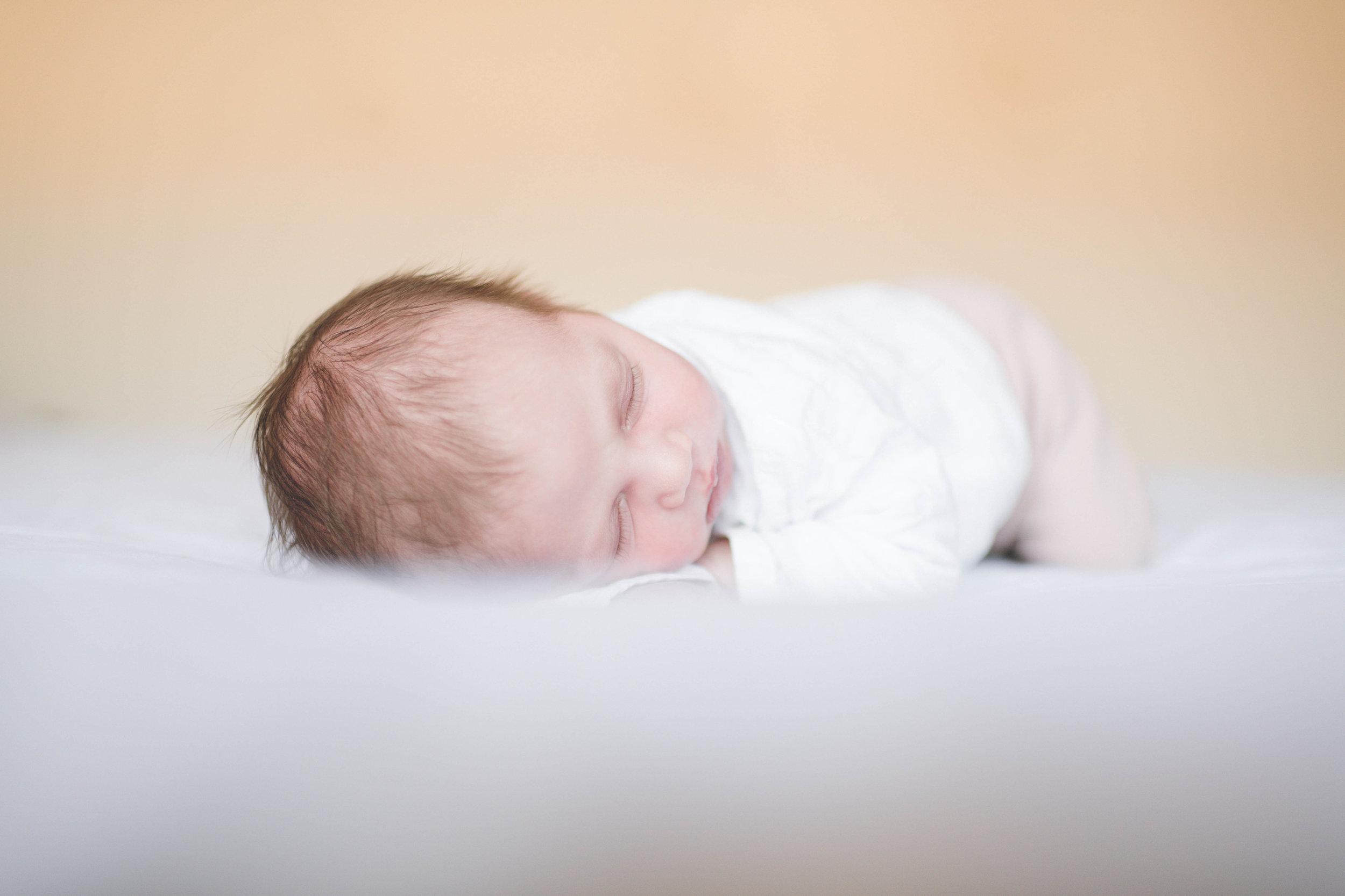 Een foto van newbornfotografie bij de mensen thuis in Rotterdam.
