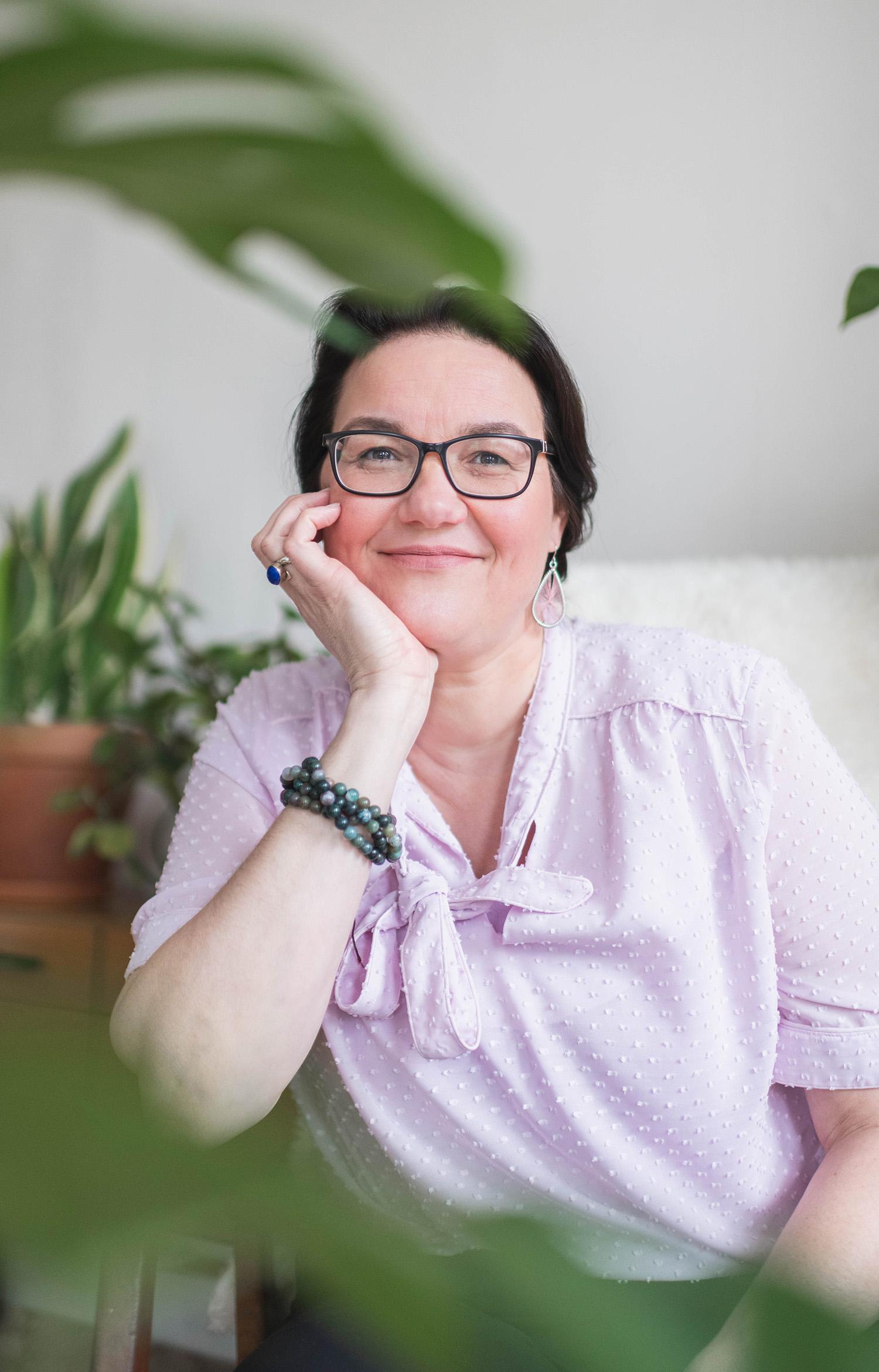 Een portret van de yoga business coach (Corine van Zoelen) gefotografeerd in het huis van Hannah Rosalie Photography in Rotterdam.