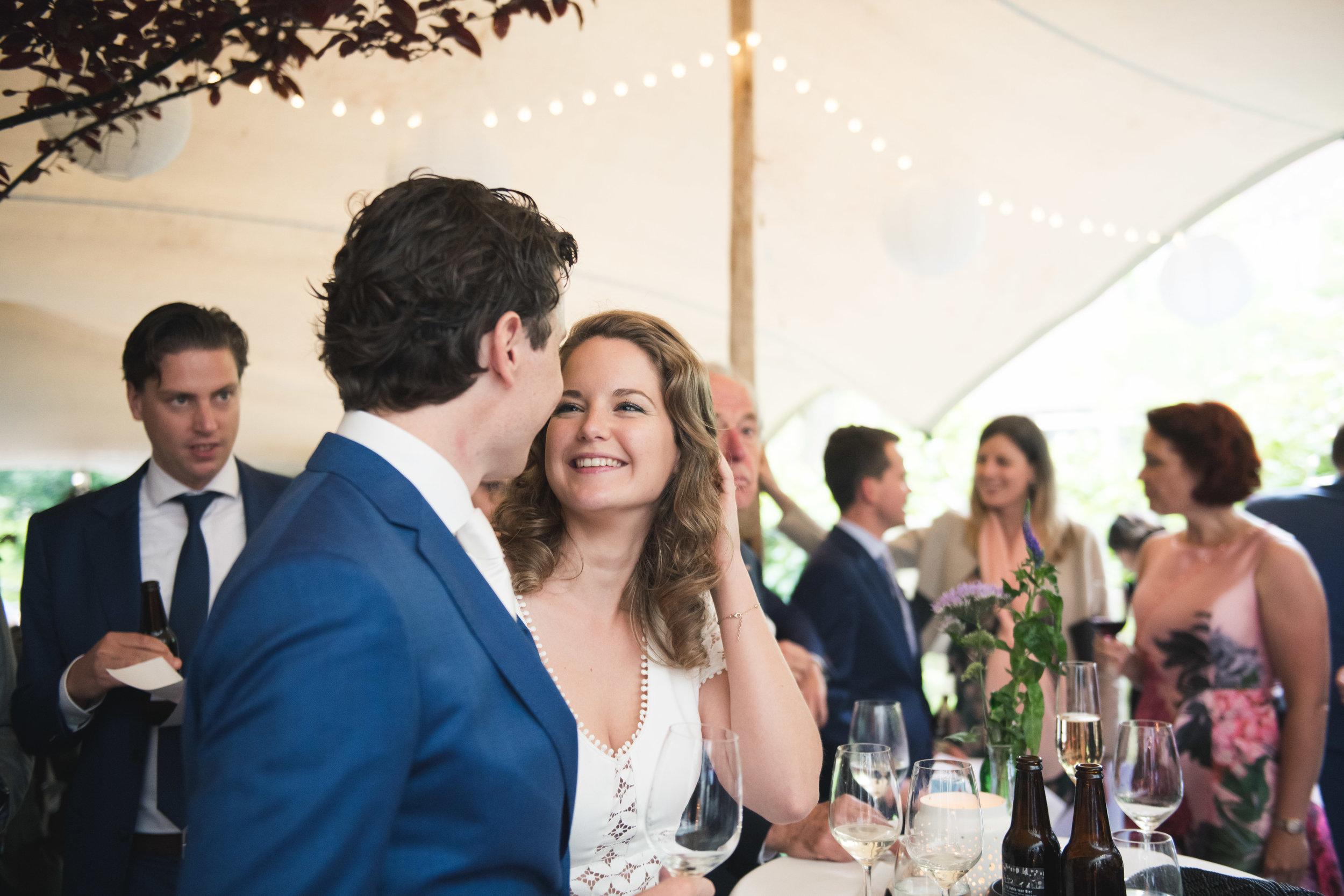Het gelukkige bruidspaar kijkt elkaar verliefd aan. Ik vind het leuk om juist dit soort spontane momenten vast te leggen tijdens een bruiloft. Zo ontstaat er een trouwreportage vol met echte emoties.