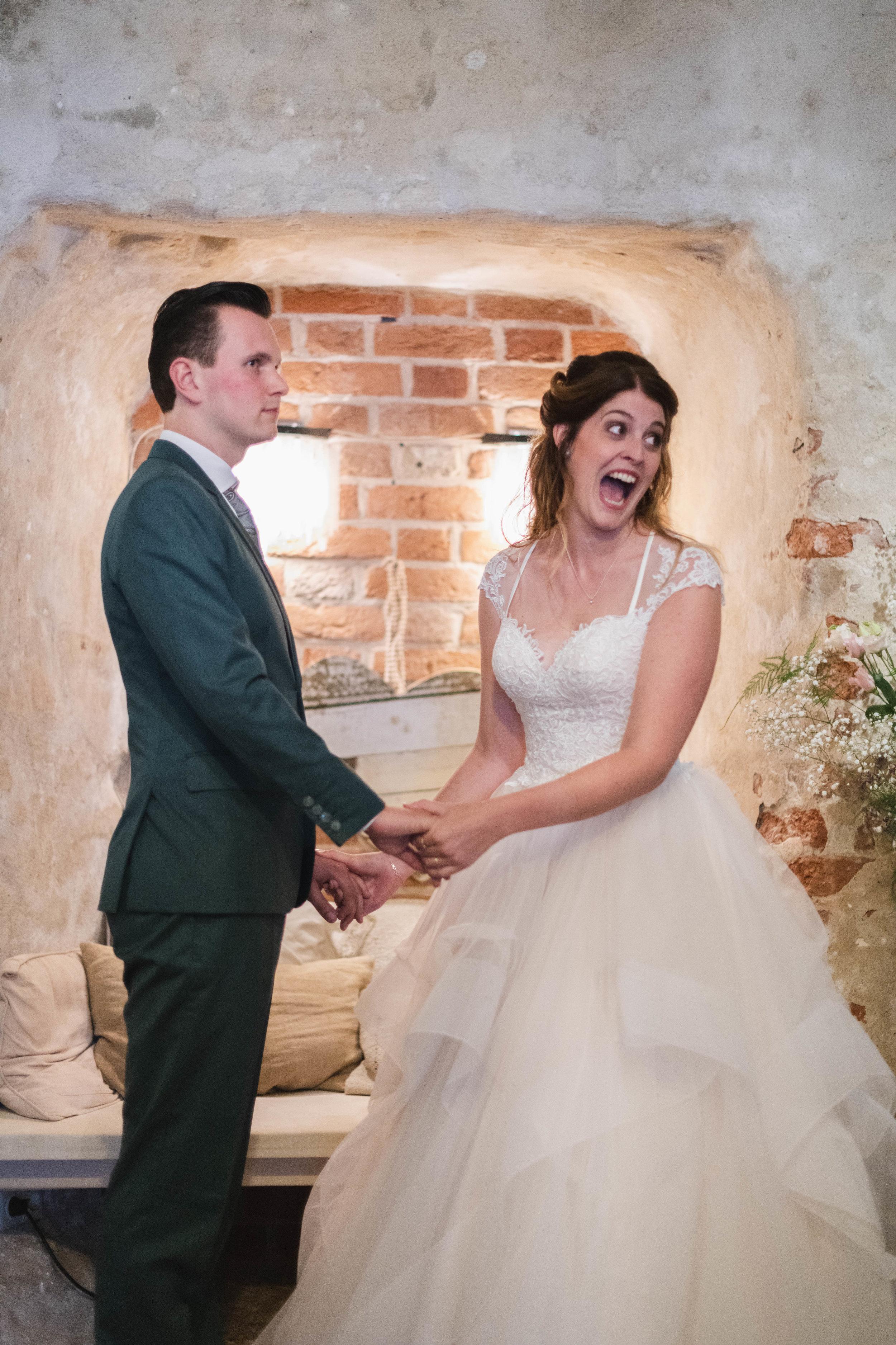 Een enthousiaste bruid vlak na haar ja-woord tijdens de trouwceremonie. De trouwreportage maakte ik op een bruiloft in Duurstede.