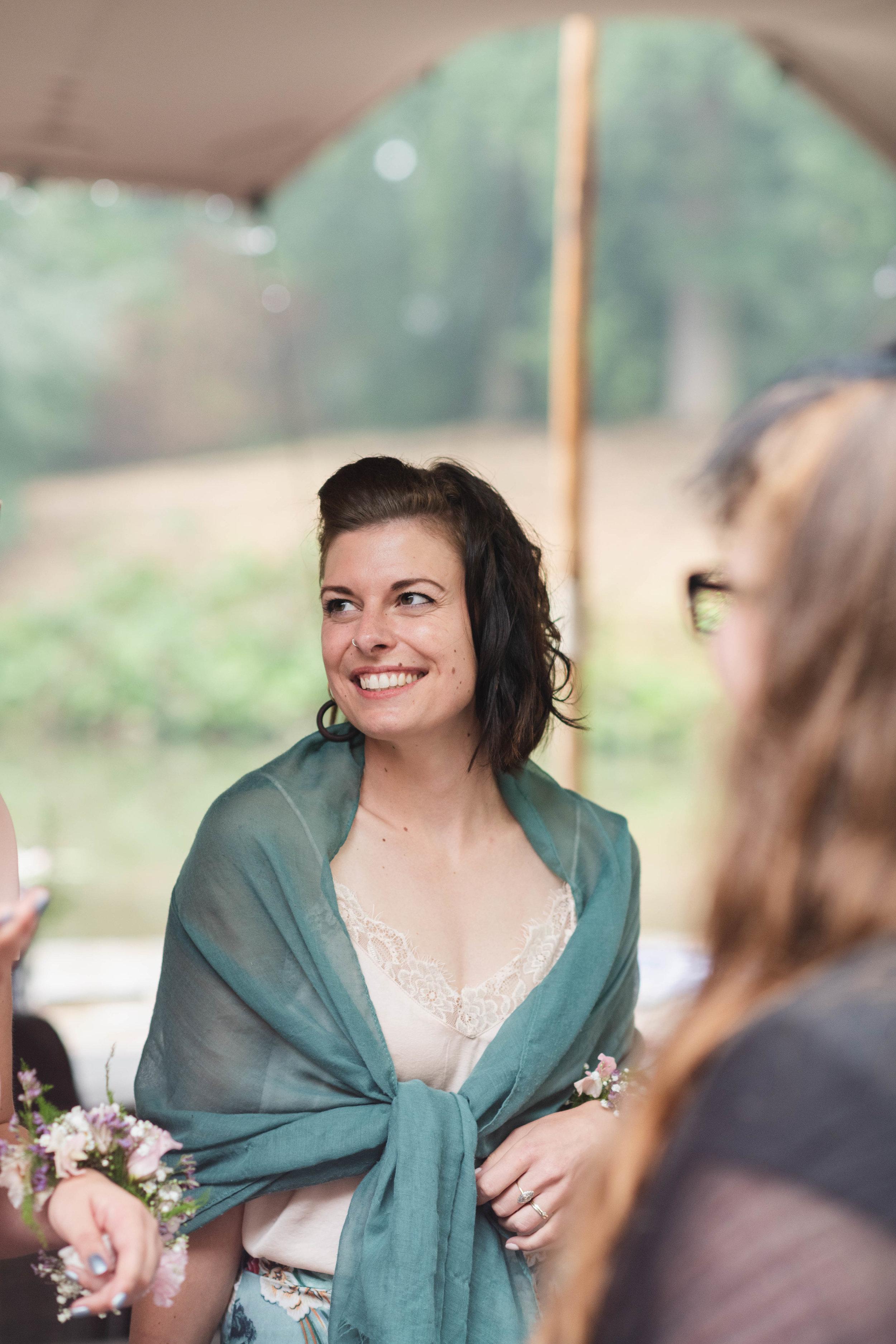 Natuurlijk is het belangrijk om ook de bruidsgasten te fotograferen tijdens een trouwreportage, in dit geval de zus van de bruid.
